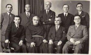 Ndenjun ulun: Lasgush Poradeci, Gj. Fishta, Asdreni, Ernest Koliqi. Nga ditët festive të zhvillueme, më shkurt 1938 me rastin e ardhjes në Shqipní të poetit Asdrê. Foto marrë nga Marie Gusho, bâmë te Gjimnazi i Shkoders.